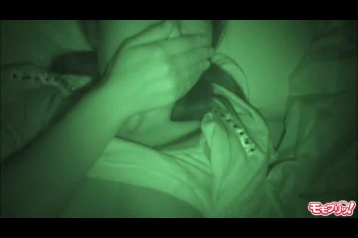 妹の眠るベッドに遠赤外線カメラ片手に侵入、エッチないたずら。