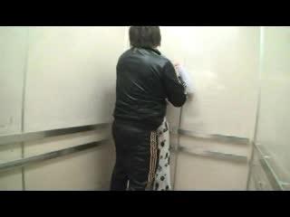 【密室痴漢】これはゲスい!駐車場→エレベーターに1人で乗る巨乳奥様と意図的に2人っきりになって…(FC2アダルト)